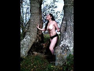 al aire libre striping desnuda por primera vez
