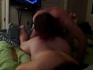 chica con los ojos vendados tener relaciones sexuales en la cama