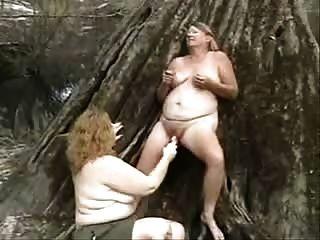 viejas pervertidas lesbianas que se divierten al aire libre. aficionado