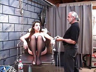 dd bondaged rubia en corsé debe montar consolador eléctrico