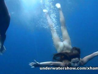 3 niñas desnudándose en el mar
