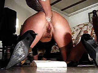 fisting anal aficionado en el suelo