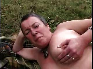 lesbianas de edad aficionados divertirse al aire libre. estupendo !