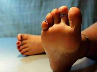 pies y dedos de los pies muy desnudos
