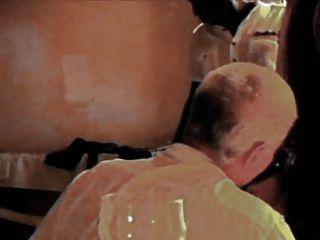 esposa francesa esclavizada por gallos negros mientras que el marido relojes