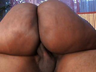 gruesa puta negra con tetas enormes obtiene su coño probado en la capucha de un coche