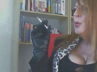 guantes de cuero fumando