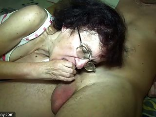 niña y anciana abuelita divertirse en el baño
