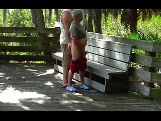 gordo cepillandose un abuelo en el parque