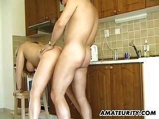 busty amateur milf da la cabeza en su cocina