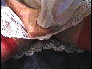 Cumming en mi falda de satén de encaje y bragas rojas