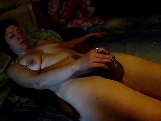 lili se masturba con un gran consolador largo