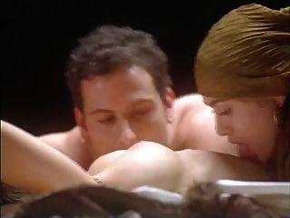 alyssa milano abrazo del vampiro (desnudo en la cama)