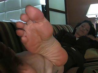 grandes pies milf en el sofá