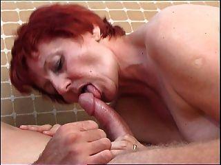 la abuela de pelo rojo seduce lindo colegial