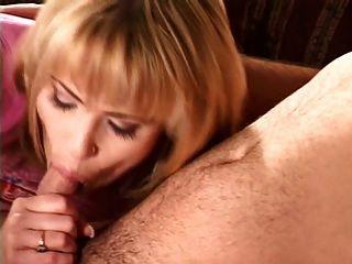 esposo folla a una puta delante de su esposa y asistente