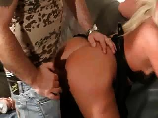 sandra obtiene su buen culo follada por un hombre mayor