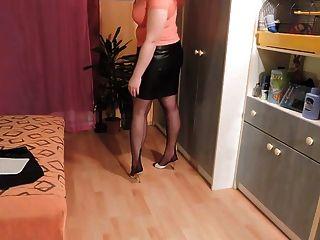 falda de cuero amateur y medias de nylon