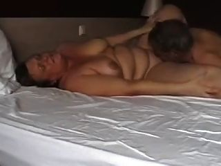 pareja madura jugando en la cama