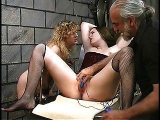linda gruesa lesbianas chicas bdsm con arbustos peludos jugar con vibradores en el sótano