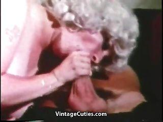 madura con enormes pechos grandes y marinero (vendimia de los años 60)