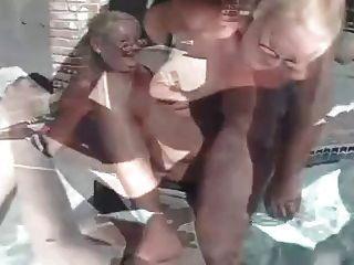 trío de abuelita madura junto a la piscina