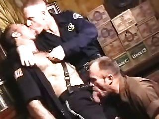 fumando policías y repartidor