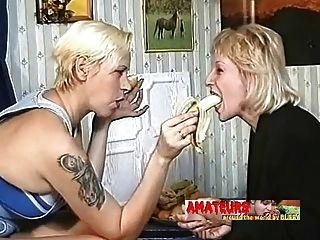 viejas lesbianas comiendo plátano y hacer la adoración de los pies