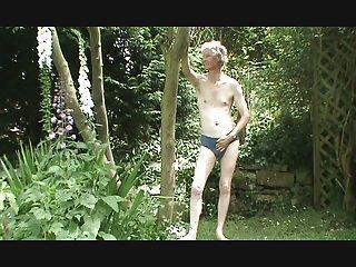 tira, paja y corrida en el jardín