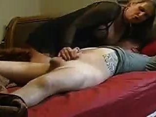 mamá no ayuda a su hijastro en la cama