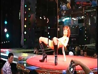 desnudo japonés peludo atractivo del stripgirl en el club nocturno de Japón de la etapa