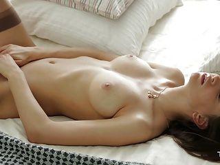 dulce belleza nika juega con su coño rosa