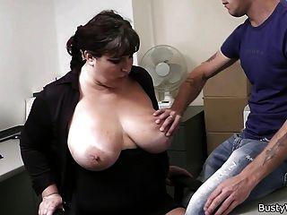 sexo de la oficina con el jefe y la secretaria tetona