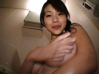 linda chica japonesa jugando con sus tetas