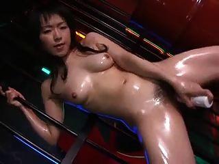 chica asiática grasa con vibrador eléctrico