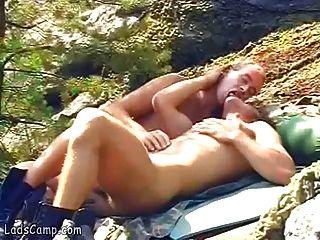 nude gay sunbathers se complacen en las rocas