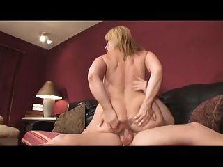 mamá grande titty rebotando en una polla joven