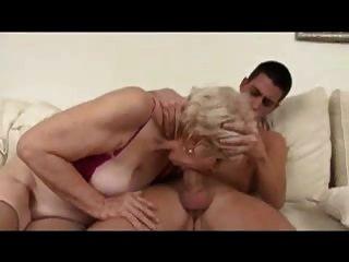 la abuela sexy es follada y facializada por un chico joven