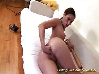adolescente flexible que hace el puño anal del uno mismo
