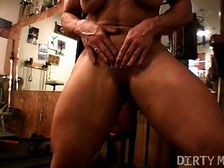 músculo babe brandimae juega con su coño