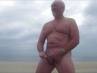 str8 papá carrera en la playa con niebla