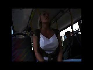 bastante rubia con buen coño y tetas en el autobús