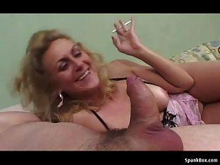abuelita fuma mientras chupa la polla