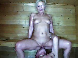 una pareja, folla en la sauna