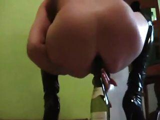 aficionado rubio botella de vino maduro en el culo