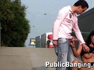 adolescente con tetas grandes en sexo público trío cool