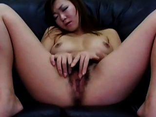 mujer japonesa masturbándose su coño peludo