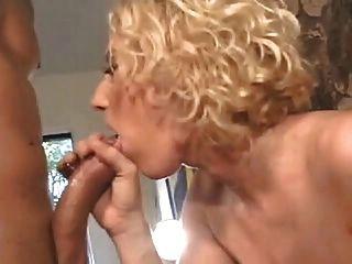 sexy rubia de pelo rizado con tetas enormes obtiene anal por la chimenea