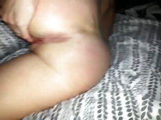 mujer jugando con su coño y culo agujero