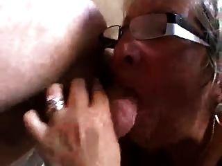 abuela chupa culo a joven